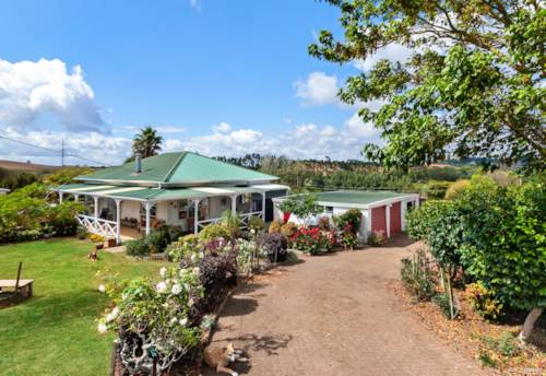 Tuakau, A charming, rustic, country cottage on 2.2340 ha, Property ID: 786801 | Barfoot & Thompson