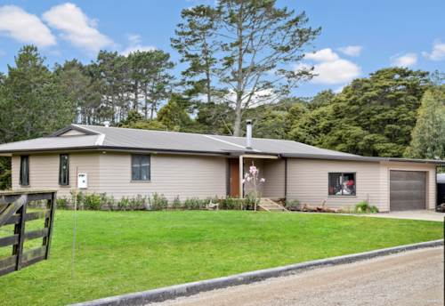 Waiuku, Private Lifestyle Holding 1 Acre and Modern Home, Property ID: 794862 | Barfoot & Thompson