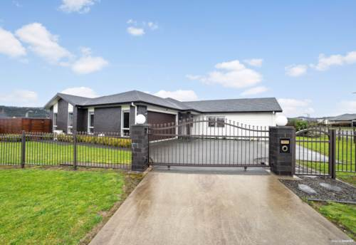 Huapai, Large Family Home with View, Property ID: 795496 | Barfoot & Thompson
