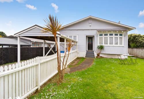 Te Atatu Peninsula, Nostalgic Charm On Te Atatu Peninsula, Property ID: 797496 | Barfoot & Thompson