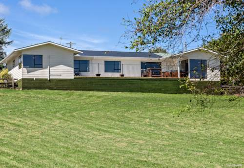 Helensville, FAMILY HOME WITH A FAMILY LIFESTYLE ON 1HA, Property ID: 798739 | Barfoot & Thompson