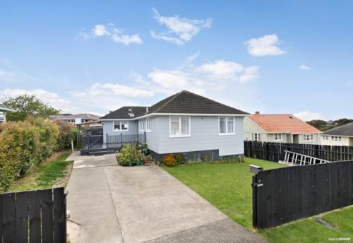 Mt Roskill, An Admirable Combination... Of Living and Comfort!, Property ID: 799639 | Barfoot & Thompson