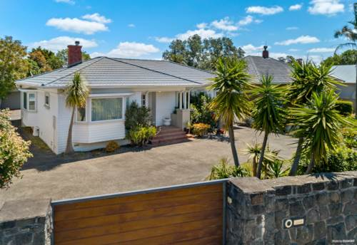 Takapuna, CHARACTER BUNGALOW ON PRIME REDEVELOPMENT SITE - 832m², Property ID: 802920 | Barfoot & Thompson