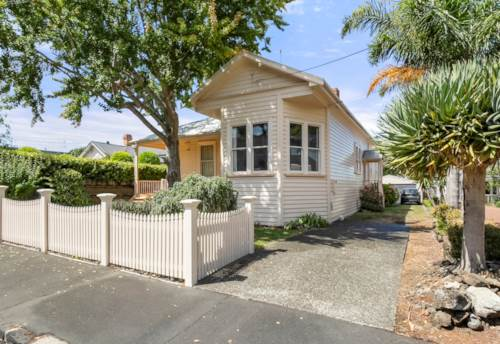 Devonport, GRAND OLD LADY RESTING ON AN ENVIABLE 1323m² SITE, Property ID: 807307 | Barfoot & Thompson