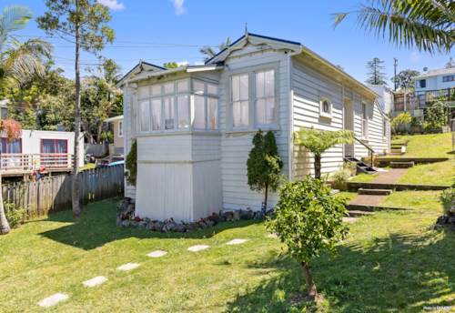Onehunga, Home & Sleepout with Land, Property ID: 806628 | Barfoot & Thompson