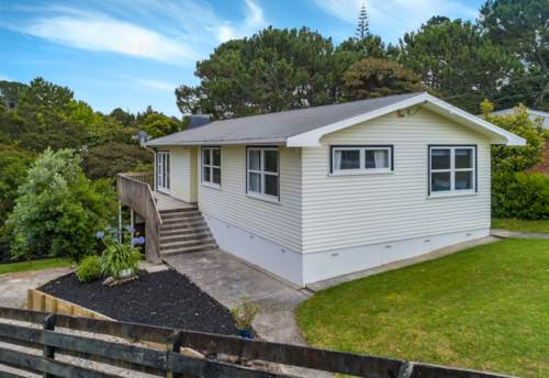 Massey, Kiwi Classic Home on Leafy 1171m2 Freehold Section, Property ID: 807629 | Barfoot & Thompson
