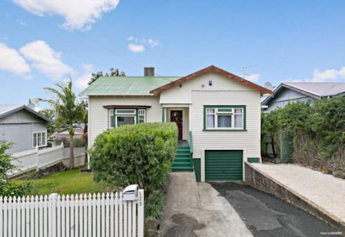 Onehunga, Spacious house with extra storage!, Property ID: 14001158 | Barfoot & Thompson