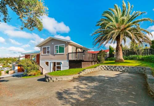 Glenfield, Large Family Home in Glenfield! , Property ID: 15001004 | Barfoot & Thompson