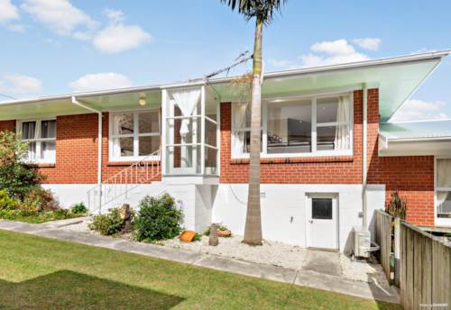 Rothesay Bay, DELIGHFUL & MODERN, Property ID: 19002201 | Barfoot & Thompson