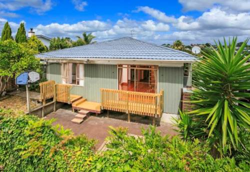 Takapuna, Well positioned three bedroom bungalow, Property ID: 28000591 | Barfoot & Thompson