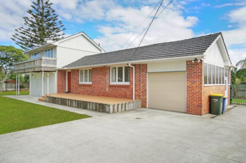 Takapuna, Large home in blue ribbon location with swimming pool, Property ID: 28000714 | Barfoot & Thompson