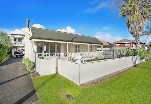 Takapuna, Centrally located home with views of Pupuke Lake, Property ID: 28000721 | Barfoot & Thompson