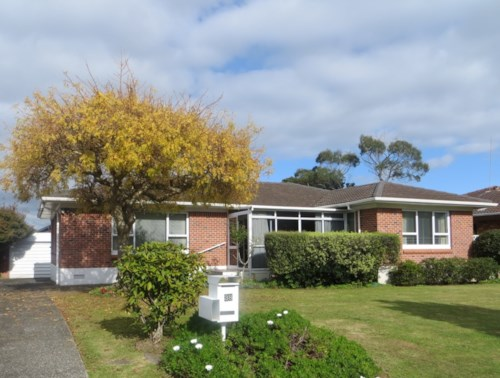 Papatoetoe, 3 bedroom family home with single garage - RENT INCLUDES LAWNS &GARDENS, Property ID: 36001927 | Barfoot & Thompson