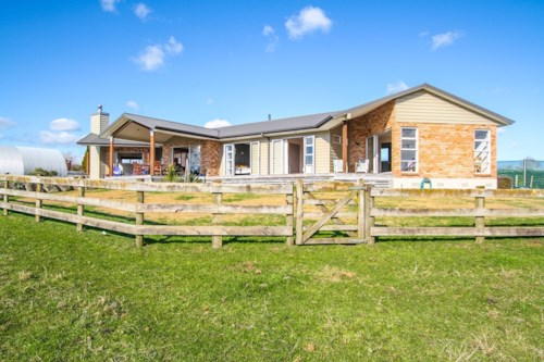 Pukekohe, COUNTRY LIVING, CLOSE TO TOWN, Property ID: 46001326 | Barfoot & Thompson
