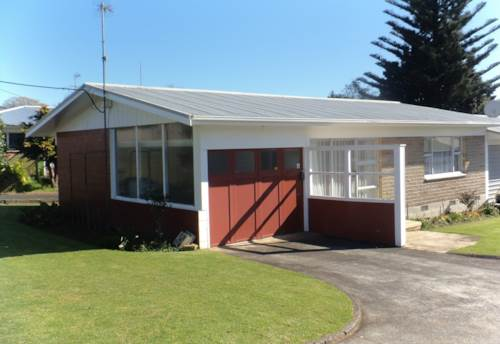 Pukekohe, TWO BEDDIE IN GOOD LOCATION, Property ID: 46001414 | Barfoot & Thompson