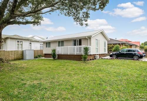 Pukekohe, SHORT WALK TO TOWN, Property ID: 46004314 | Barfoot & Thompson
