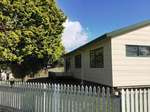 Avondale, handy location + a double garage , Property ID: 27000195 | Barfoot & Thompson